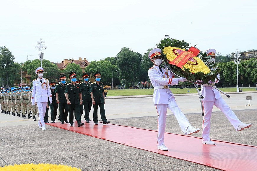Staff of Level-2 Field Hospital No.2 pay homage to Uncle Ho hinh anh 2