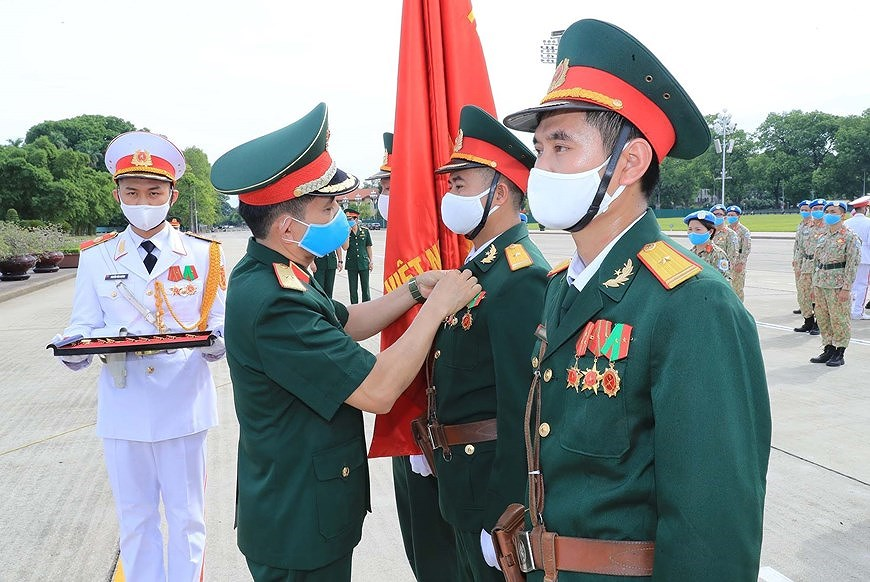 Staff of Level-2 Field Hospital No.2 pay homage to Uncle Ho hinh anh 4