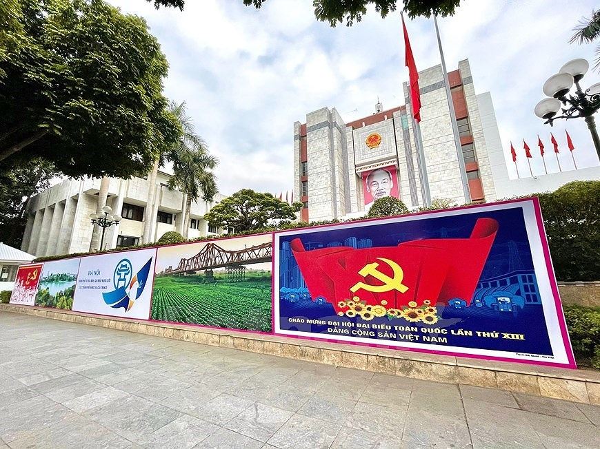 Hanoi's streets adorned to welcome 13th National Party Congress hinh anh 3
