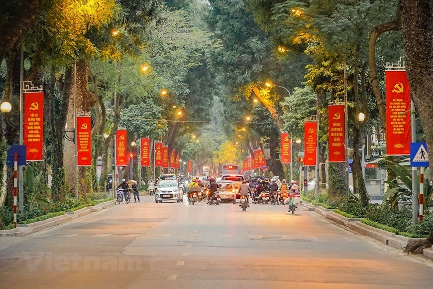 Hanoi's streets adorned to welcome 13th National Party Congress hinh anh 10