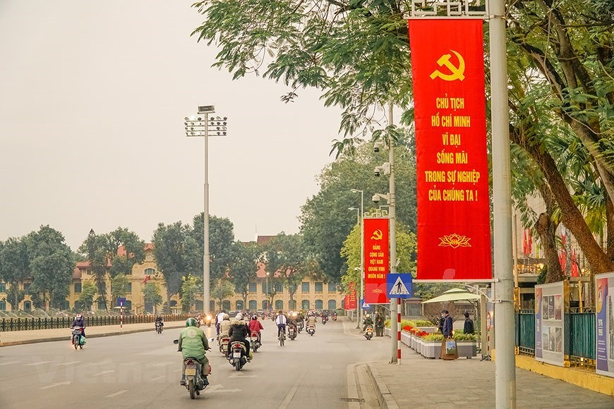 Hanoi's streets adorned to welcome 13th National Party Congress hinh anh 12