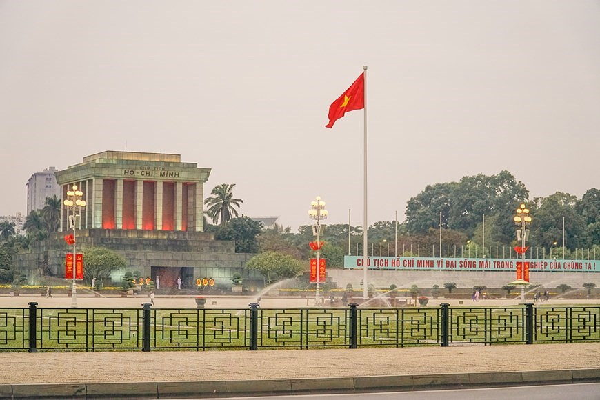 Hanoi's streets adorned to welcome 13th National Party Congress hinh anh 13
