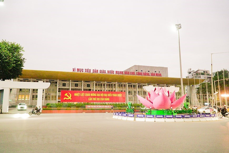 Hanoi's streets adorned to welcome 13th National Party Congress hinh anh 2