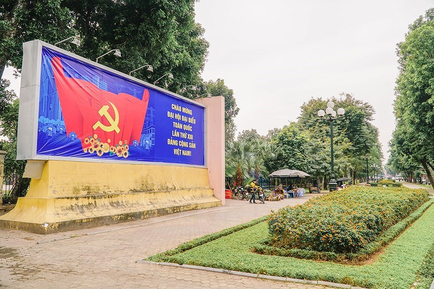 Hanoi's streets adorned to welcome 13th National Party Congress hinh anh 1