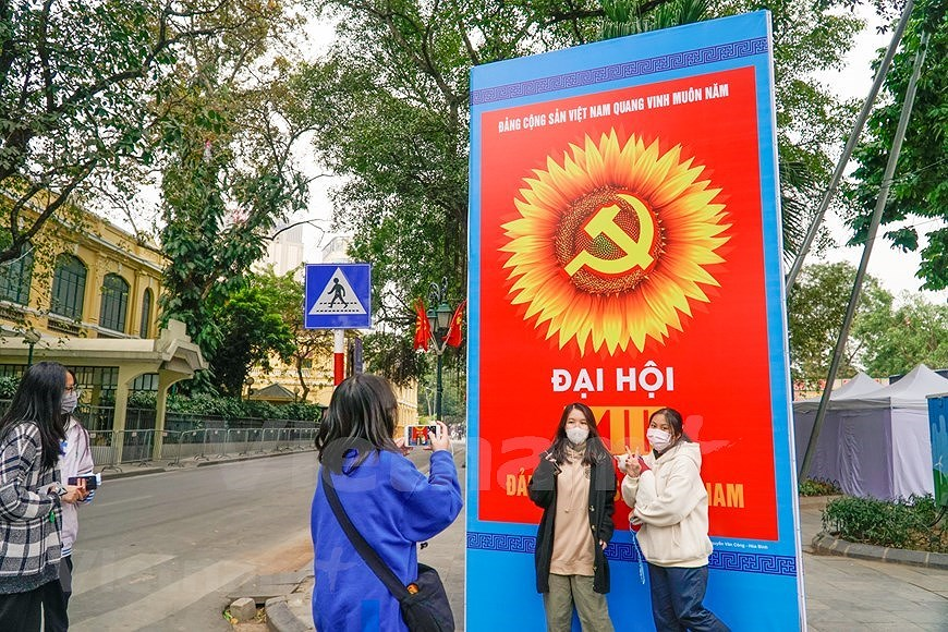 Hanoi's streets adorned to welcome 13th National Party Congress hinh anh 5