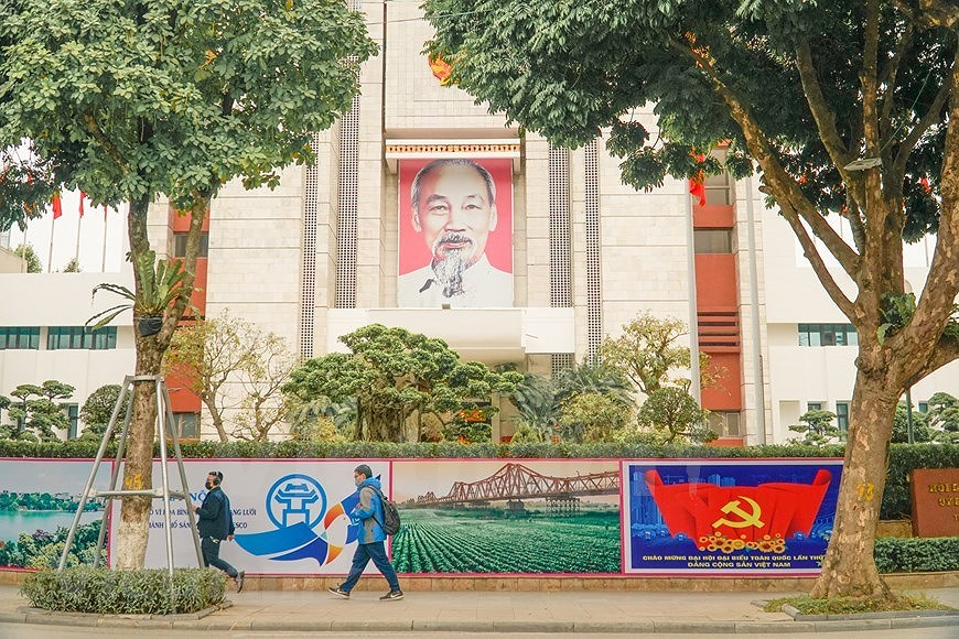 Hanoi's streets adorned to welcome 13th National Party Congress hinh anh 4