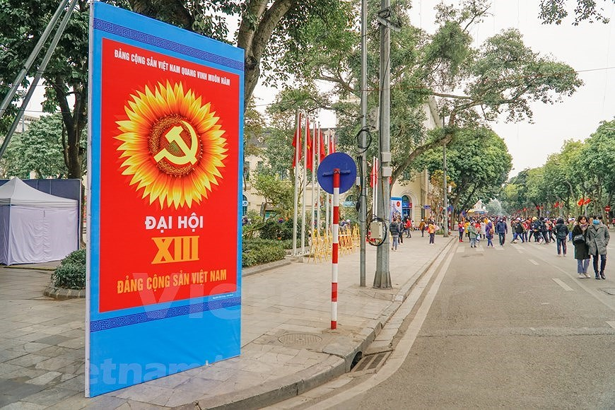 Hanoi's streets adorned to welcome 13th National Party Congress hinh anh 9