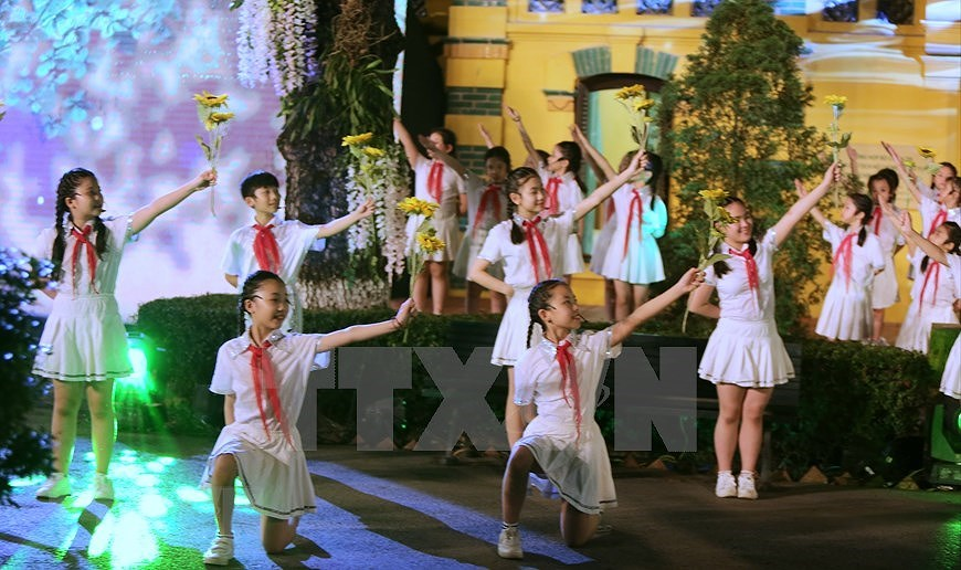 Performance celebrates Uncle Ho's 130th birthday hinh anh 3