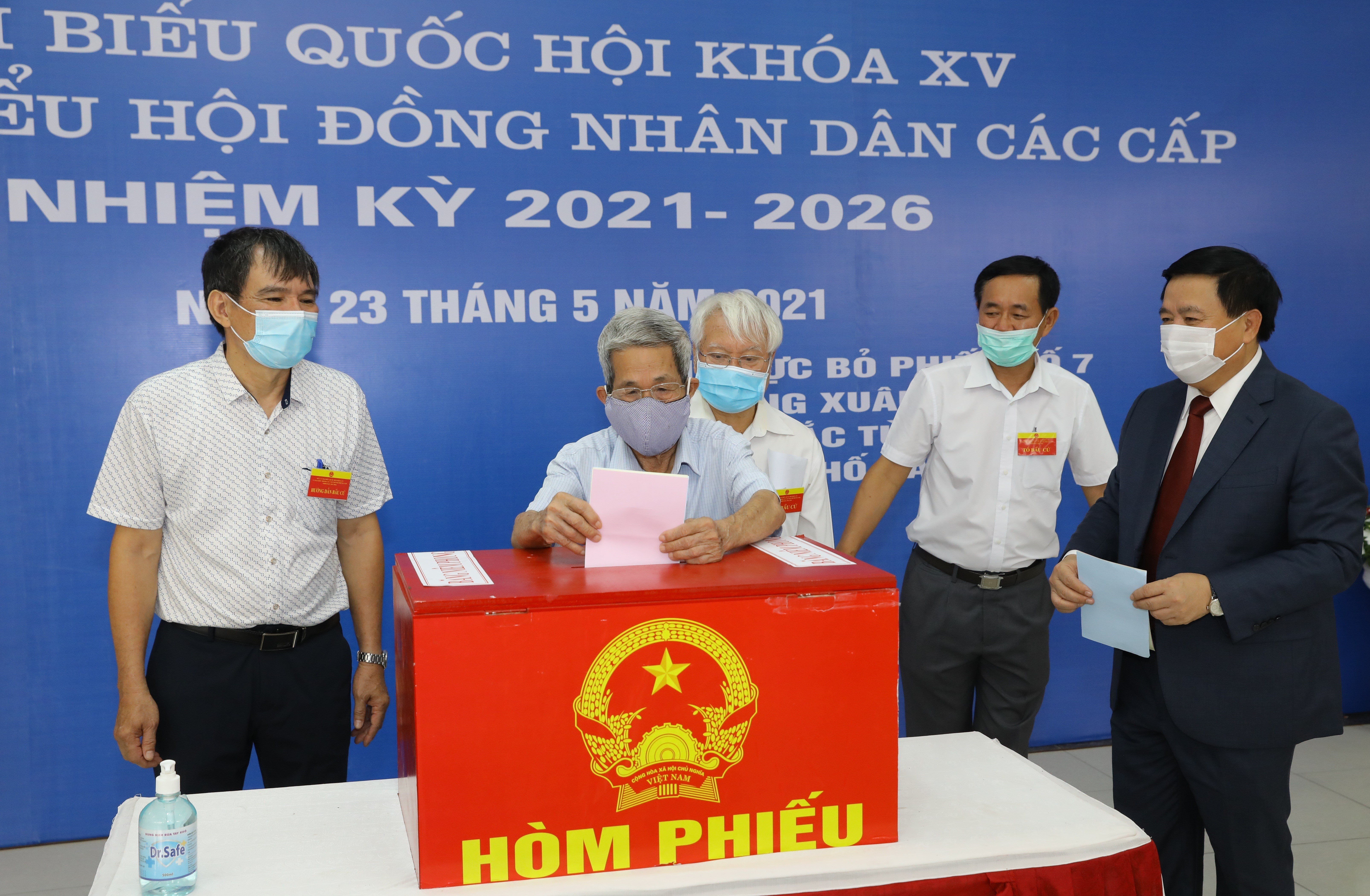 Voters nationwide cast ballots hinh anh 10