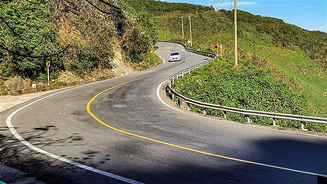 Hai Van pass, the best coast road in central Vietnam hinh anh 2