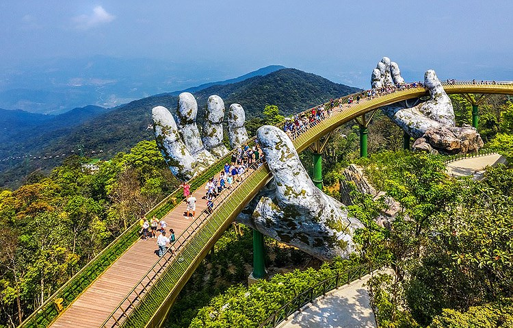 Golden Bridge named world's new wonders by UK daily hinh anh 1
