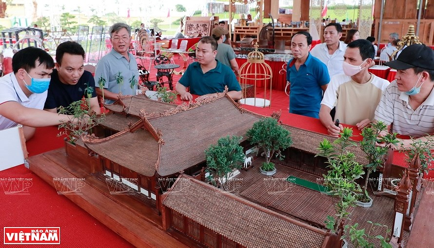 Smallest wooden miniature of communal house in Vietnam hinh anh 11