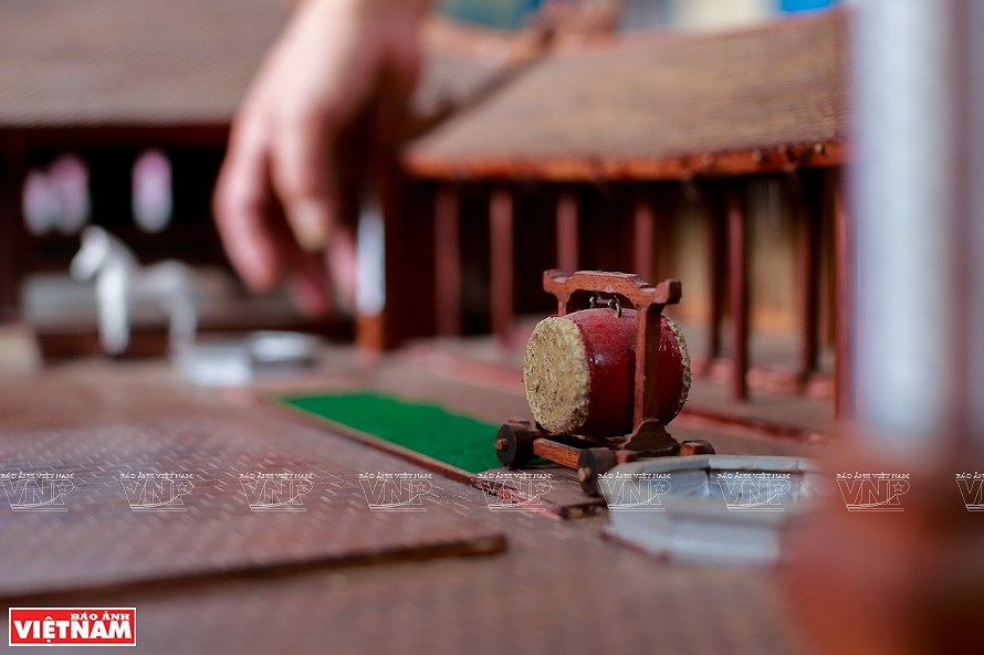 Smallest wooden miniature of communal house in Vietnam hinh anh 6