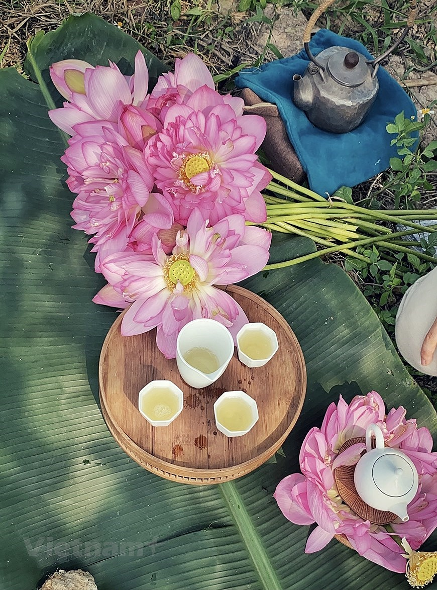 Enjoying lotus scented tea on summer days hinh anh 9