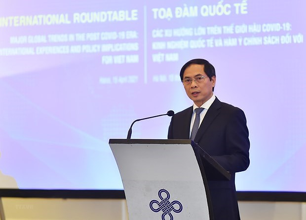 Experts discuss post-COVID-19 global major trends, recommendations for Vietnam hinh anh 1