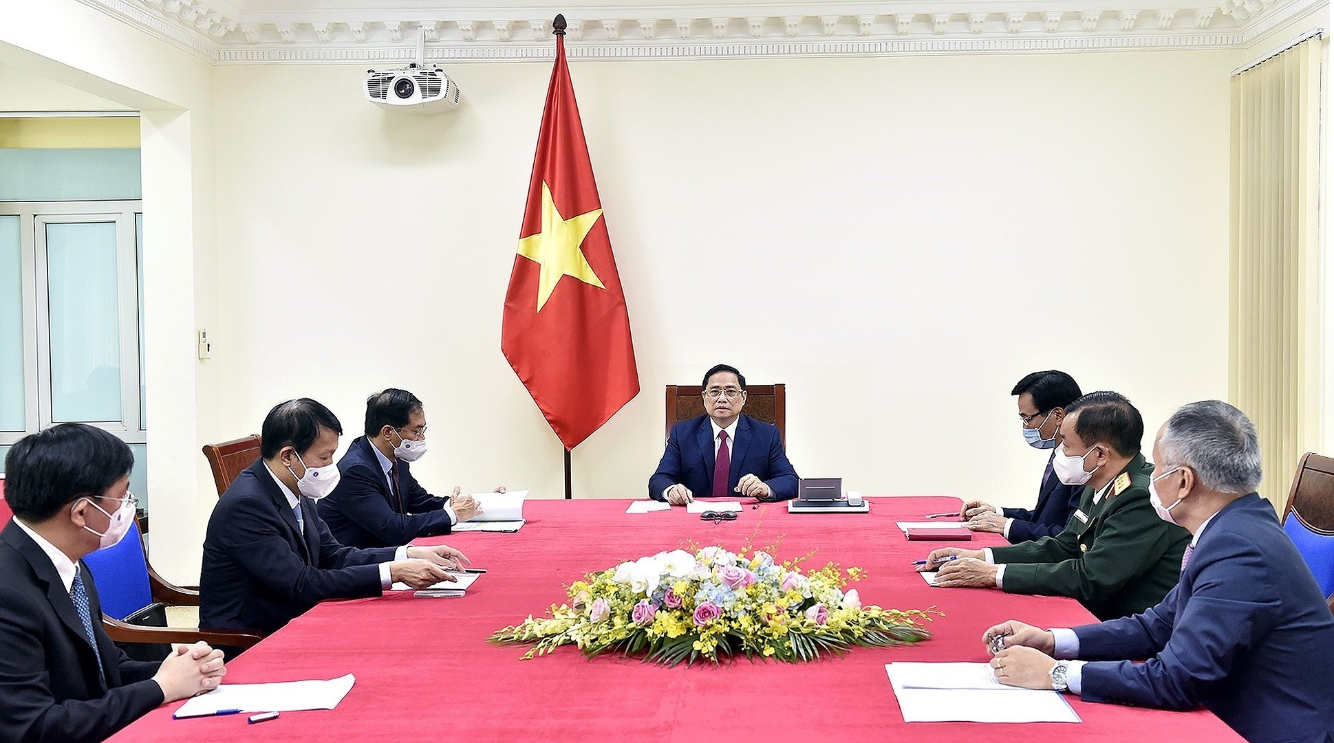 Vietnam gives top priority to developing relations with China: PM hinh anh 1