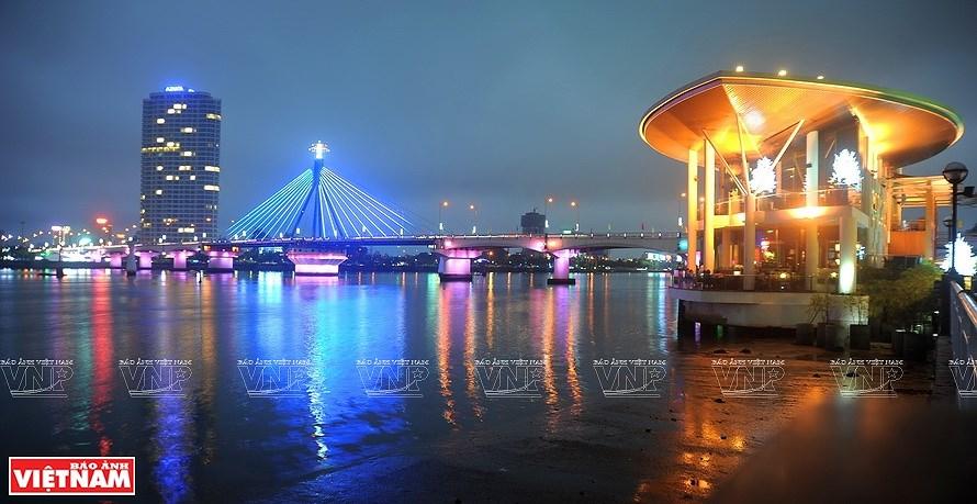 Puentes sobre el rio Han brillan por la noche en ciudad vietnamita hinh anh 1