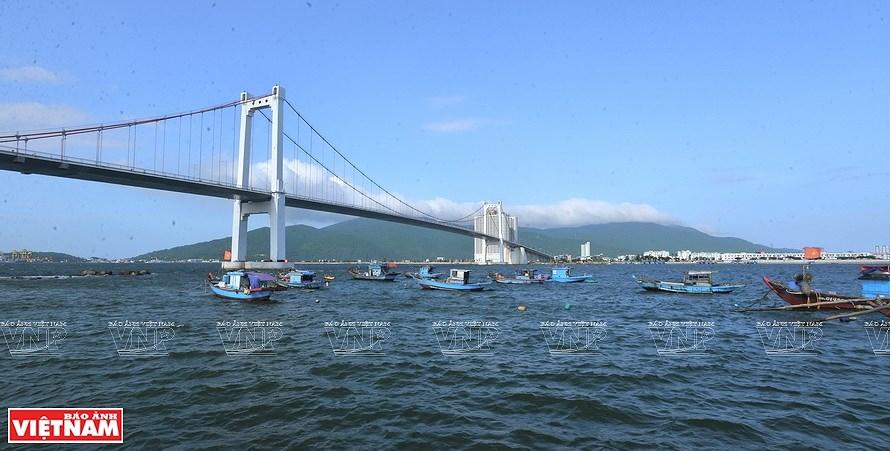 Puentes sobre el rio Han brillan por la noche en ciudad vietnamita hinh anh 2