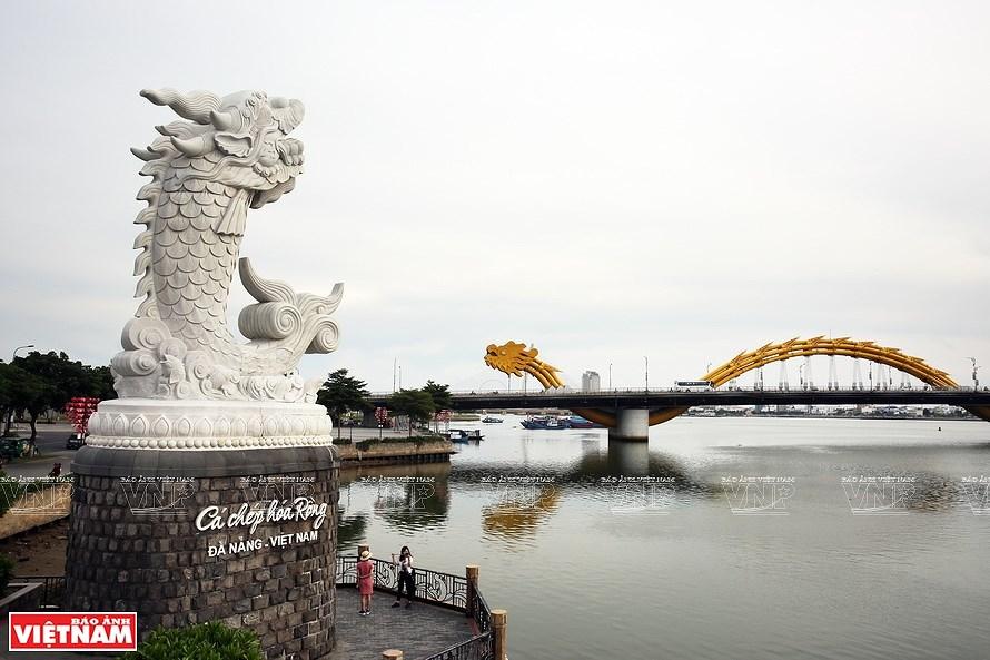 Puentes sobre el rio Han brillan por la noche en ciudad vietnamita hinh anh 3