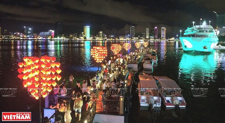 Puentes sobre el rio Han brillan por la noche en ciudad vietnamita hinh anh 4