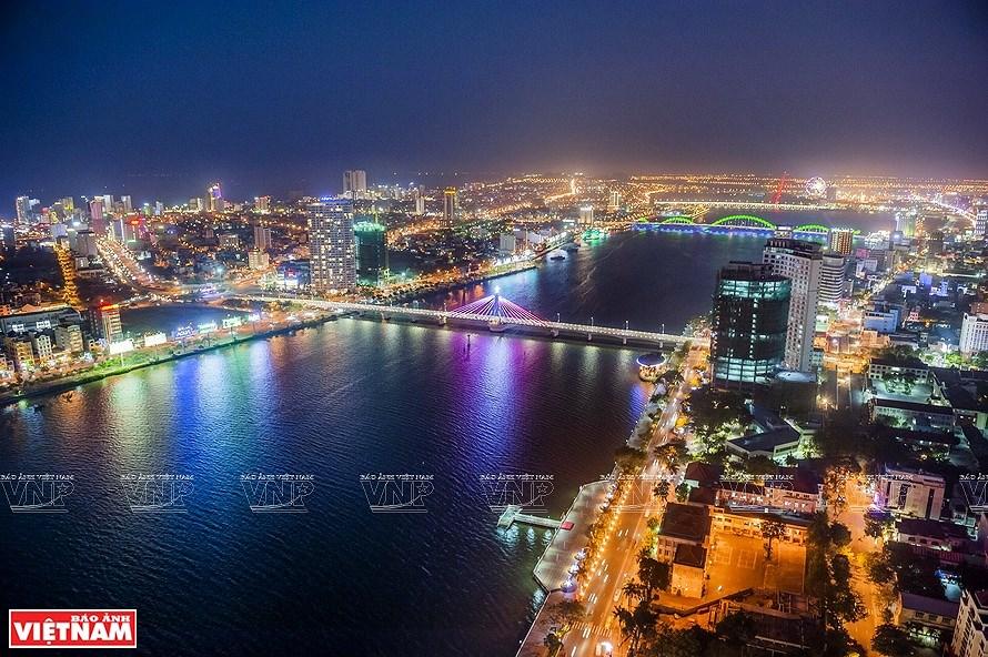 Puentes sobre el rio Han brillan por la noche en ciudad vietnamita hinh anh 5
