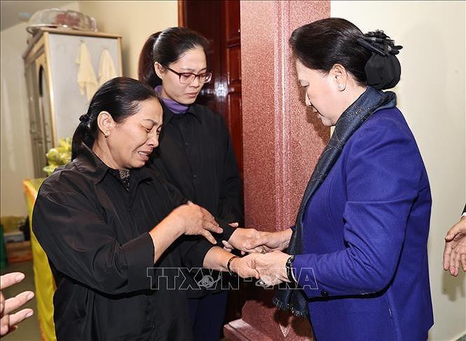 La presidente de l'AN rend visite aux familles de soldats morts lors des intemperies hinh anh 1