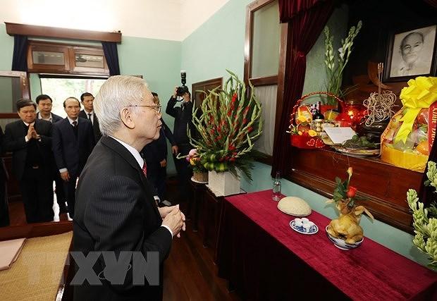 Le SG du Parti et president Nguyen Phu Trong rend hommage au President Ho Chi Minh hinh anh 1