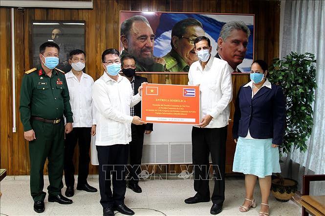 Messages et cadeaux du PCV pour feliciter le Parti communiste de Cuba pour son 8e Congres hinh anh 1