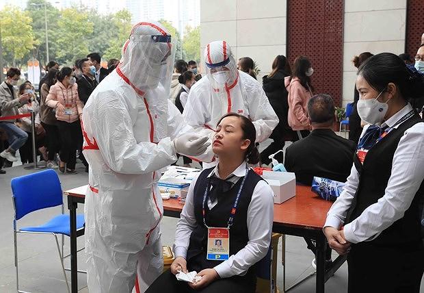 Делегаты, репортеры и сотрудники XIII всевьетнамского съезда КПВ прошли тестирование на COVID-19 hinh anh 1