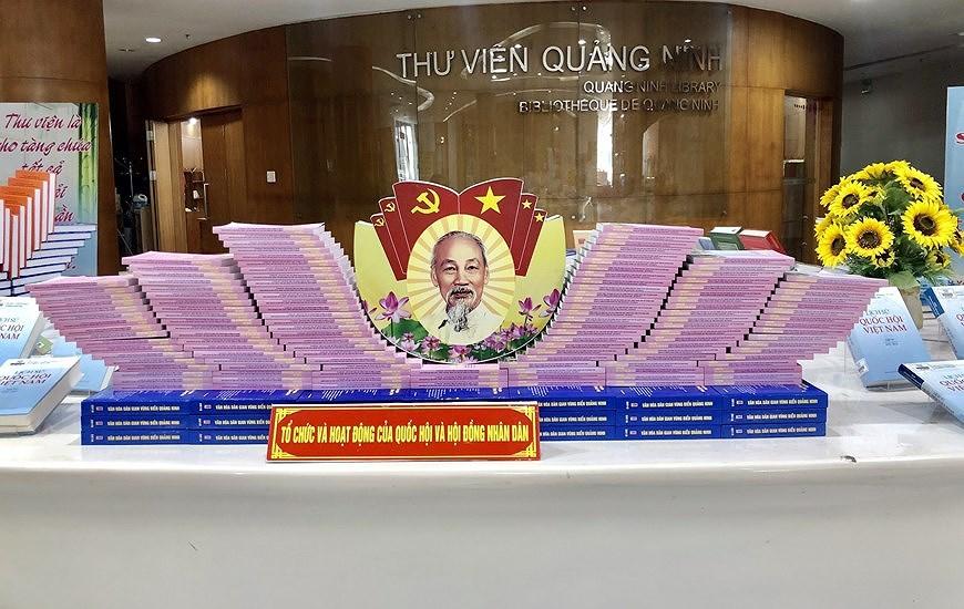 Книги, посвященные выборам, выставлены в провинции Куангнинь hinh anh 1