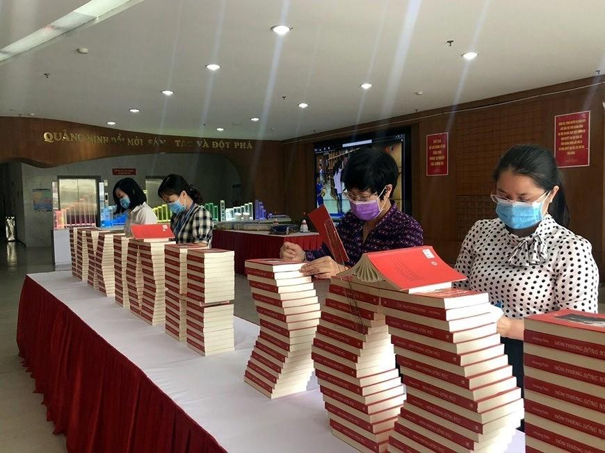 Книги, посвященные выборам, выставлены в провинции Куангнинь hinh anh 2